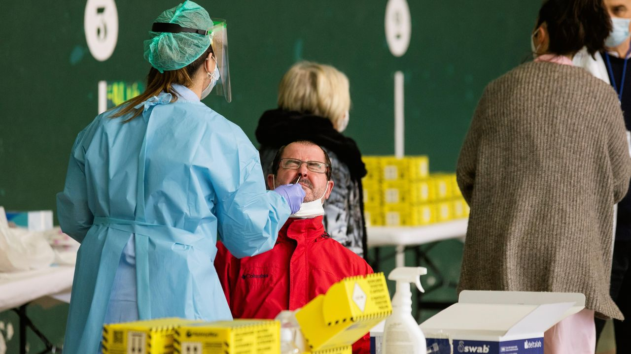 Un vecino de Agurain (Vitoria) se somete a una prueba PCR durante un cribado masivo