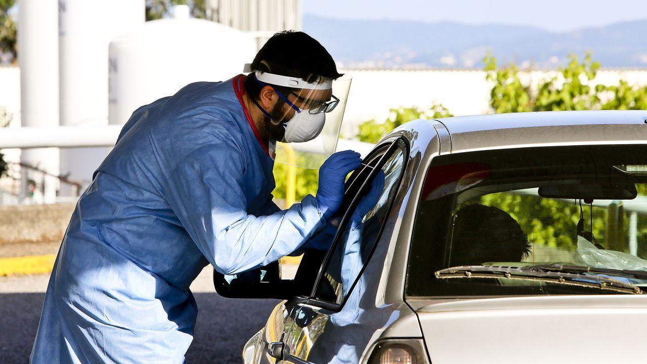 Bañistas con mascarillas en lasplayas de Samil y O Vao.Un sanitario realiza una prueba de coronavirus en el hospital Meixoeiro de Vigo