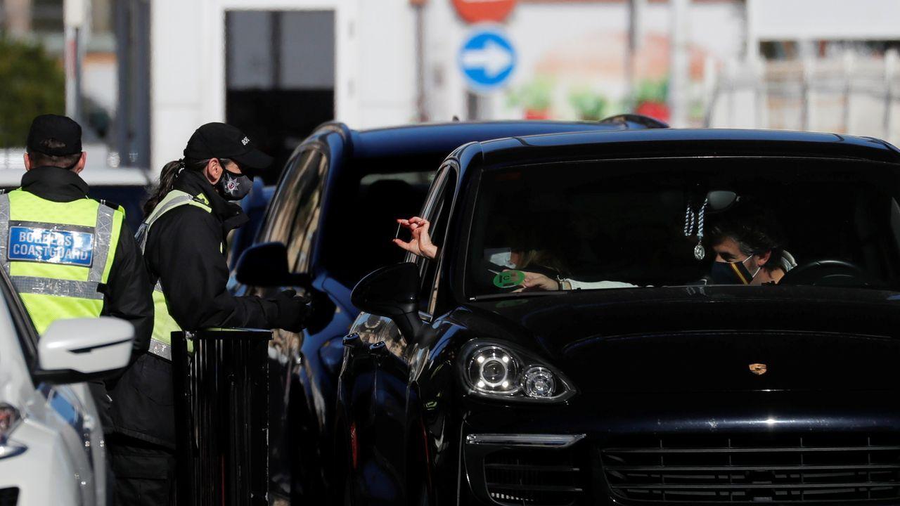 Un turista español muestra, este sábado, su DNI a la policia gibraltareña para acceder al Peñón