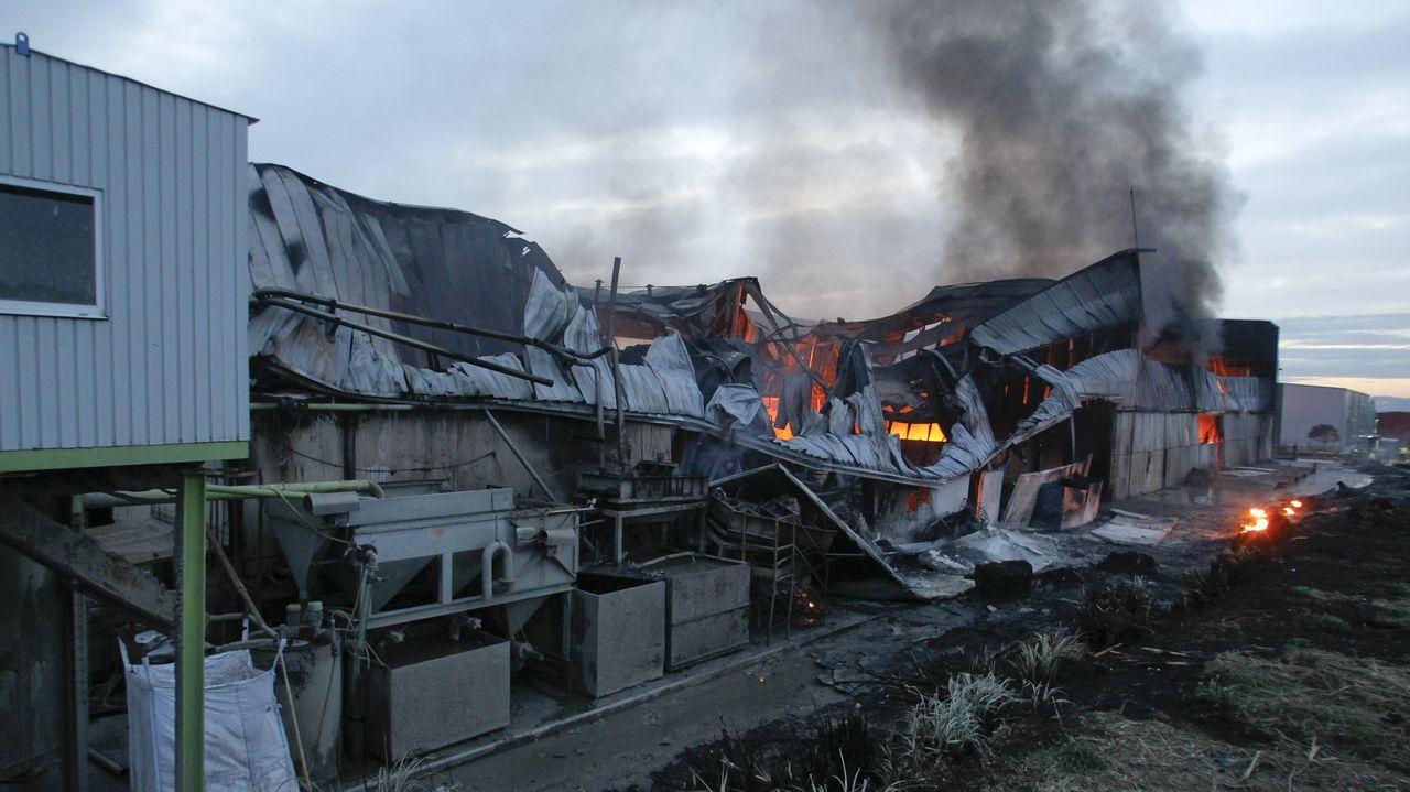 Un incendio calcina una empresa en Narón.Padres jugando con sus hijos en los parques infantiles de Navia y Novo Mesoiro