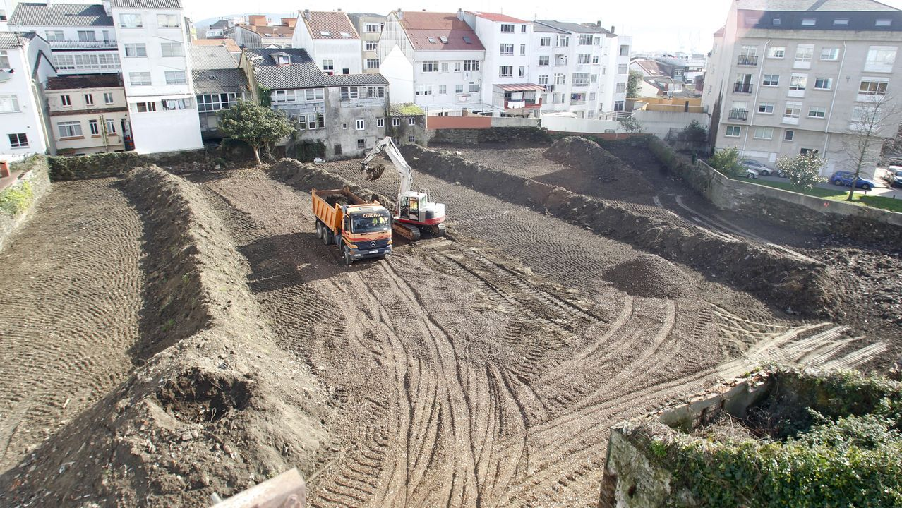 El mar se lleva por delante coches aparcados en el dique de abrigo de A Coruña.La playa de Gijón, con las fuertes olas causadas por un temporal anterior