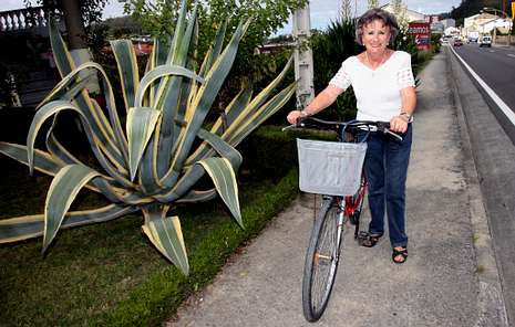 Milagros García es una habitual de la bicicleta en Viveiro.