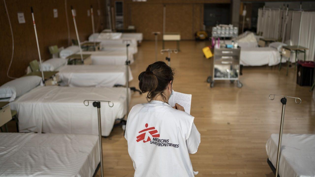 Una técnico de Médicos Sin Fronteras supervisa una unidad temporal de hospitalización
