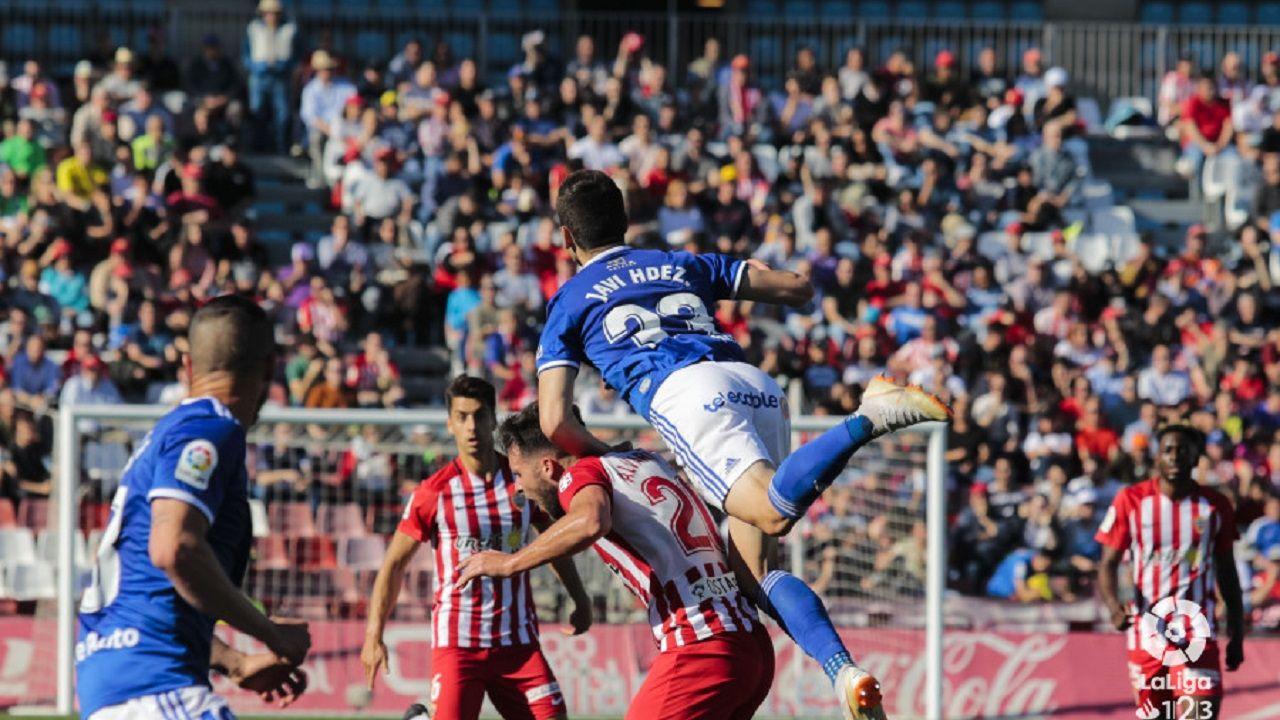 Javi Hernández disputando un balón con Álvaro Giménez