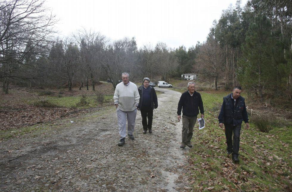 Comuneros de A Canicouva, el pasado enero, cuando mostraron los terrenos para la planta.