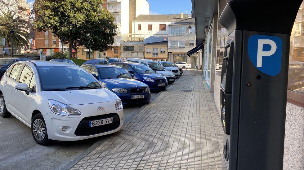 En algunas calles de O Barco parece un día normal por la cantidad de coches aparcados