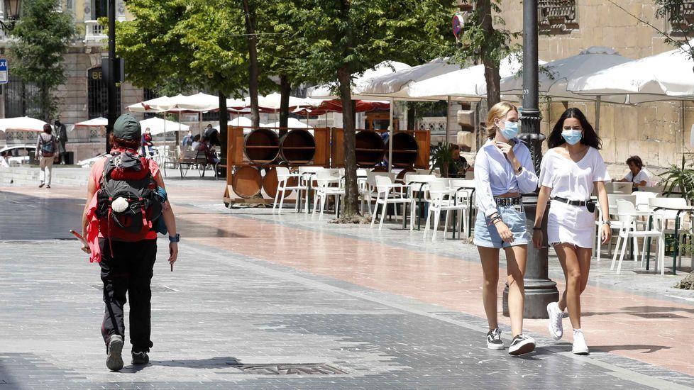 Un peregrino con mascarilla en el centro de Oviedo