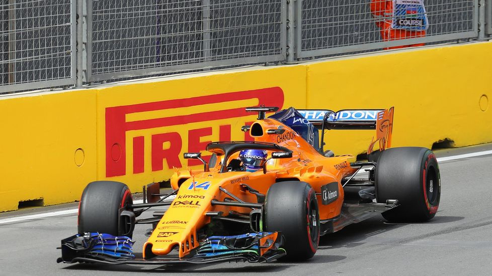 El piloto español de McLaren, Fernando Alonso, rueda durante la primera sesión de entrenamiento del Gran Premio de Fórmula 1 de Azerbaiyán