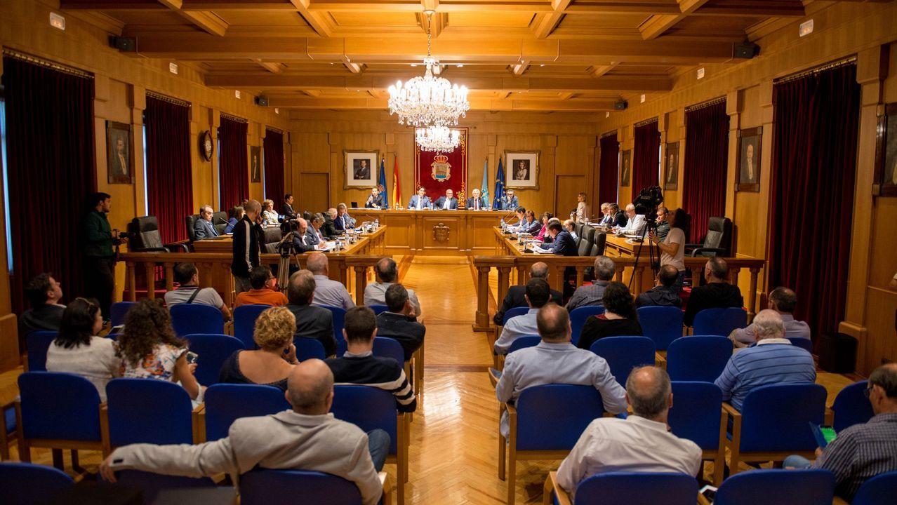 Os Blancos aprueba entre reproches el trasvase de servicios a la Diputación