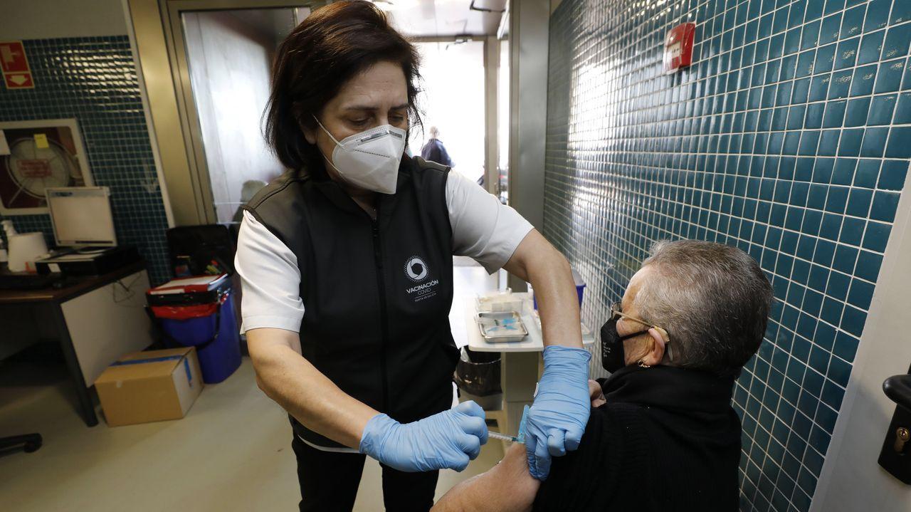 La campaña de vacunación para mayores de 80 años continúa, mientras que la de la vacuna AstraZeneca dirigida a población de 50 a 55 años se retomará el miércoles