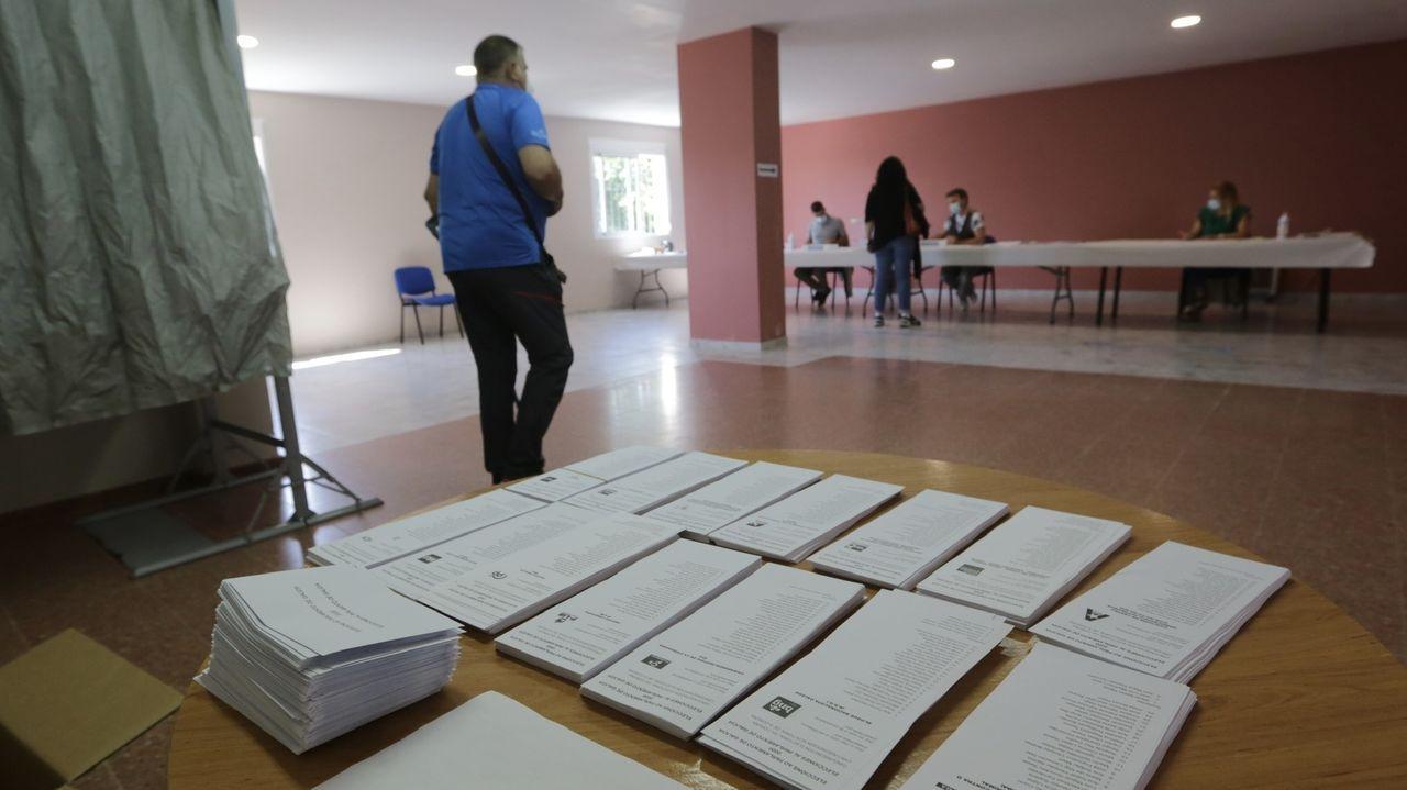 Las papeletas de Vilarmaior. Los vecinos volvieron a tener papeletas que escoger, aunque la mayoría las traían preparadas de casa, reconocían en el colegio electoral de Doroña. En las municipales, solo tuvieron una, las del PP, que obtuvo 628 votos, de los 786 emitidos