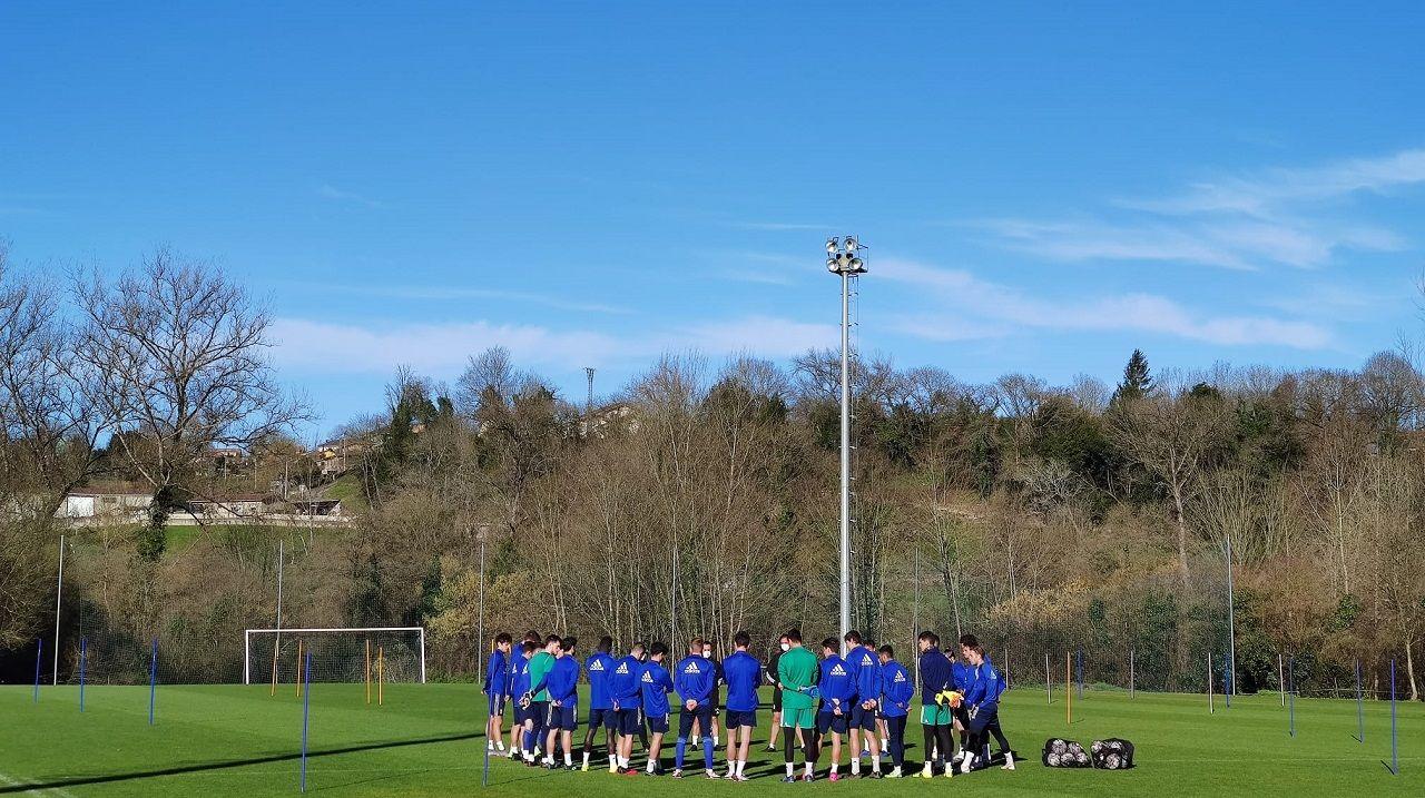 Los jugadores del Oviedo, escuchando la charla de Bingen Arostegi
