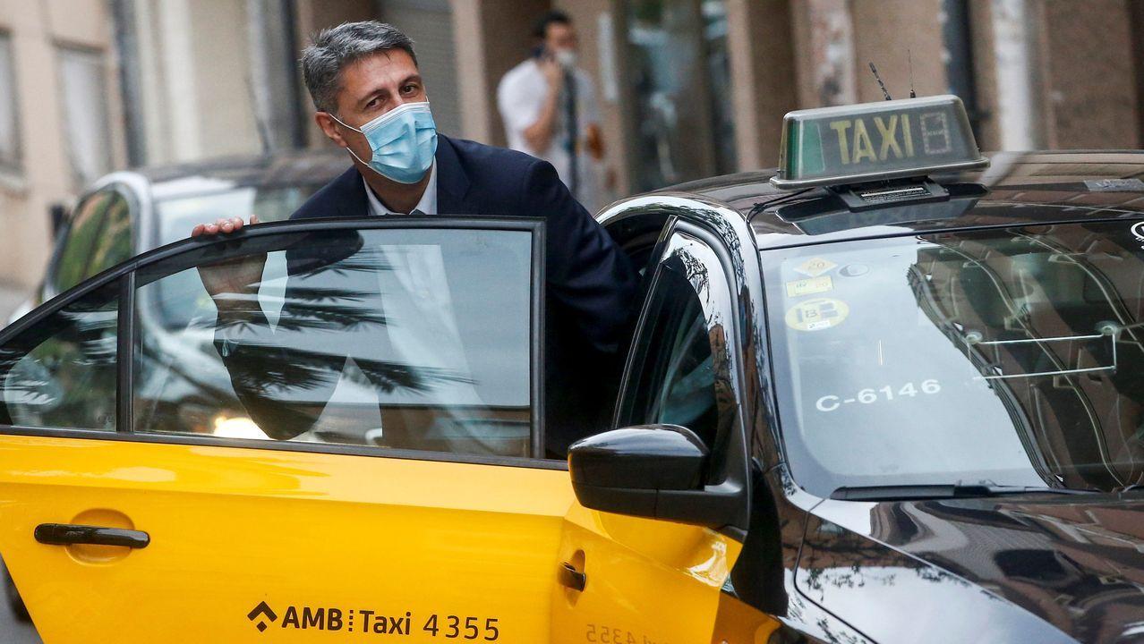 García Albiol toma un taxi tras pasar por la sede de Cáritas, en su primera visita oficial como alcalde de Badalona