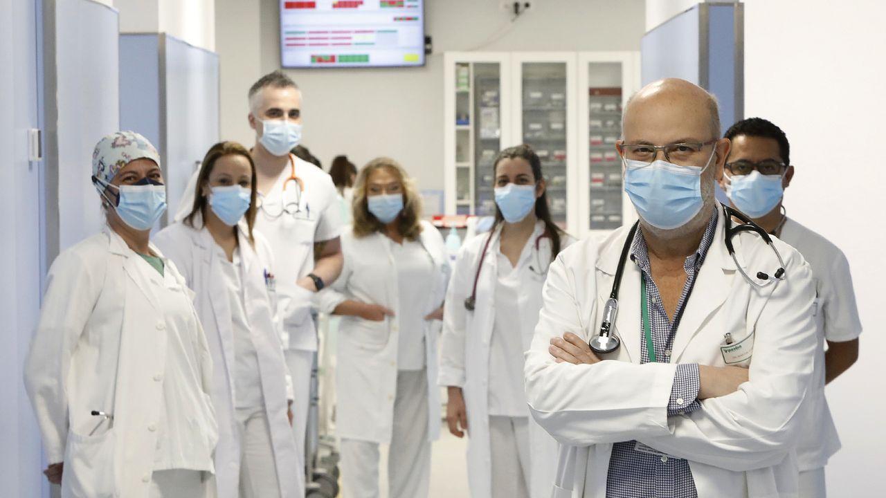 Ángel Martín, con parte del equipo de urgencias, que forman un centenar de personas