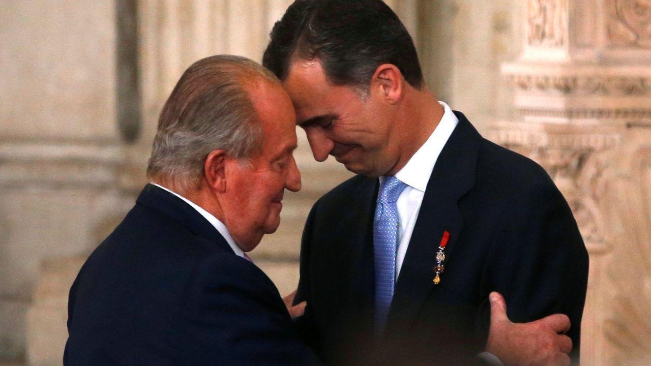 Juan Carlos I abraza a su hijo Felipe VI en el día de su abdicación, el 18 de junio del 2014