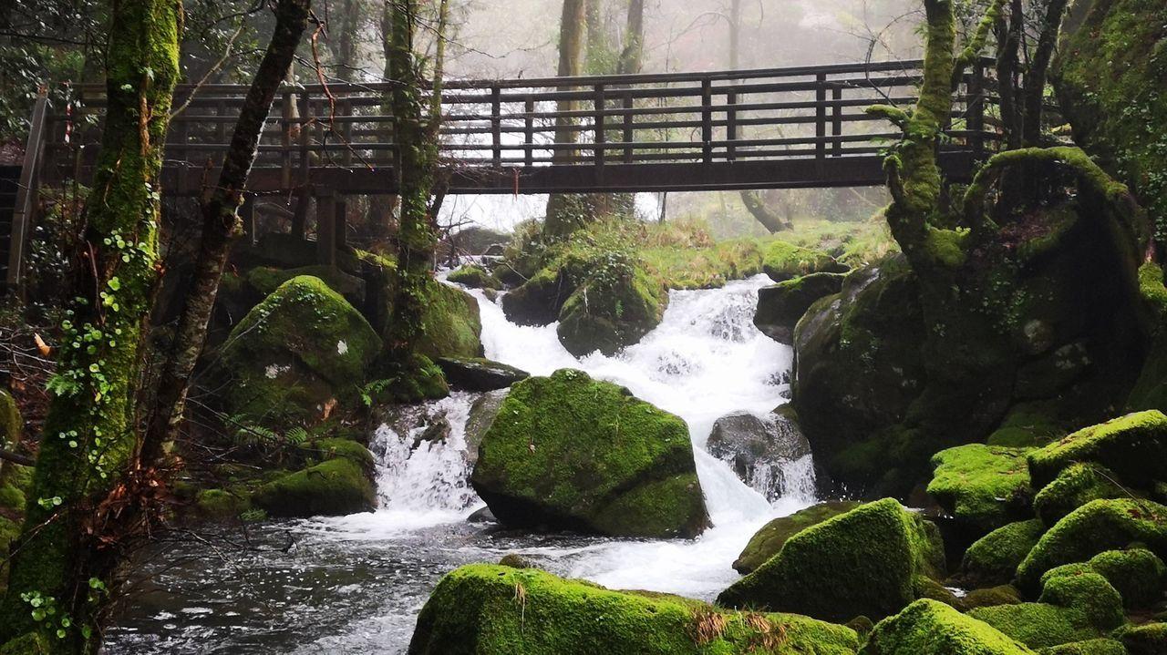 Las diferentes fervenzas que genera el río pueden verse gracias a su paseo de madera