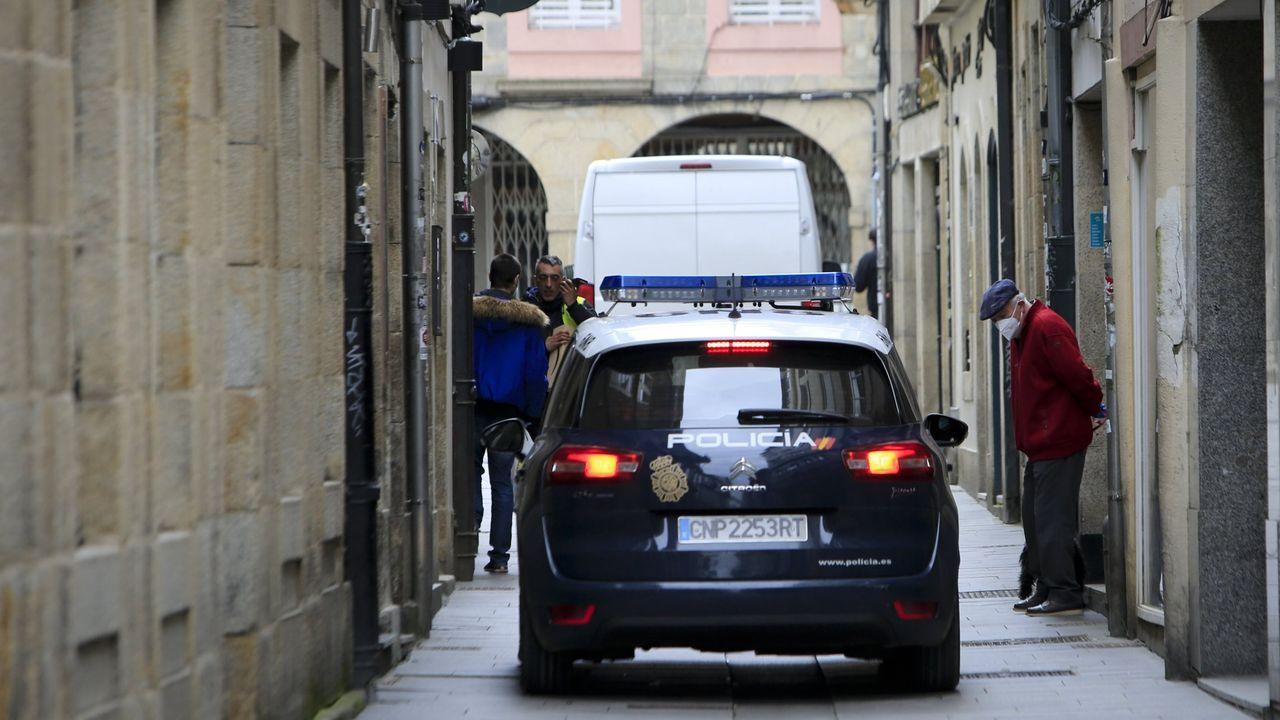 El joven condenado por agredir sexualmente a una menor en la Praza Maior de Lugo entra en los juzgados.Un coche de la Policía Nacional en el centro de Lugo