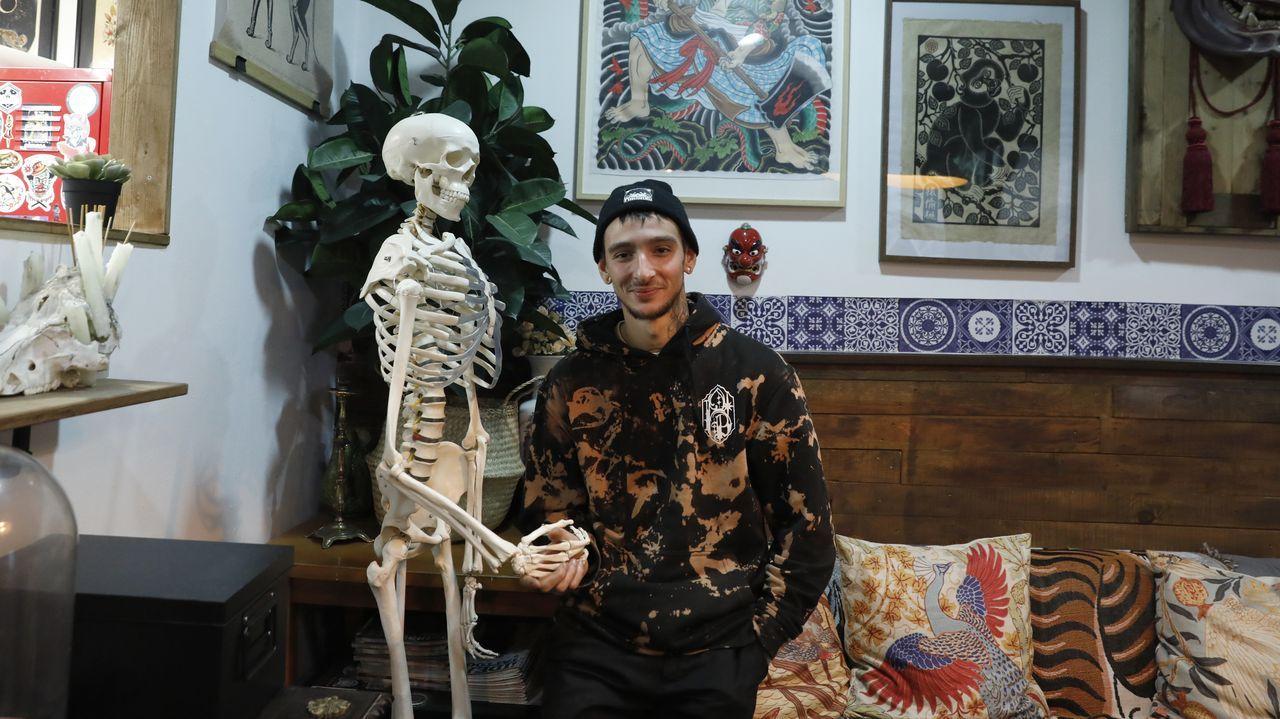 Iago Álvarez en el estudio Serie Z Tattoo