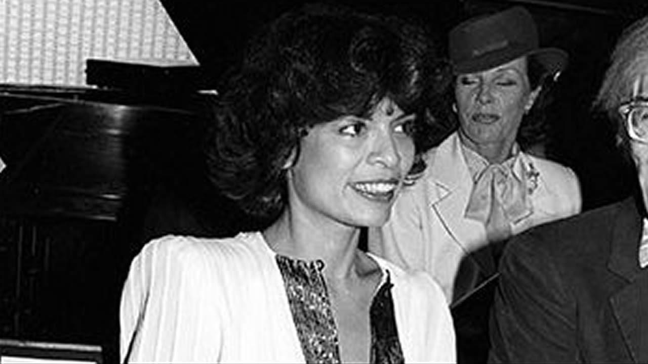 Bianca Jagger en el primer desfile de de 1981. No perdió detalle