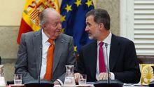 Imagen de archivo del Rey emérito Juan Carlos, junto a su hijo, el Rey Felipe VI, durante la última reunión del patronato de la Fundación Cotec el pasado 14 de mayo