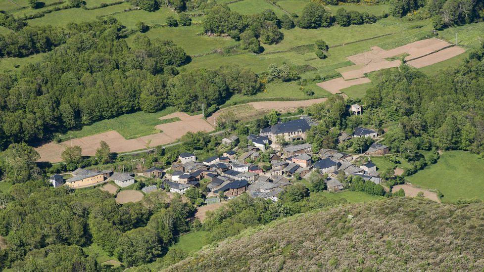 La aldea de Paderne (Folgoso do Courel) desde As Pedras