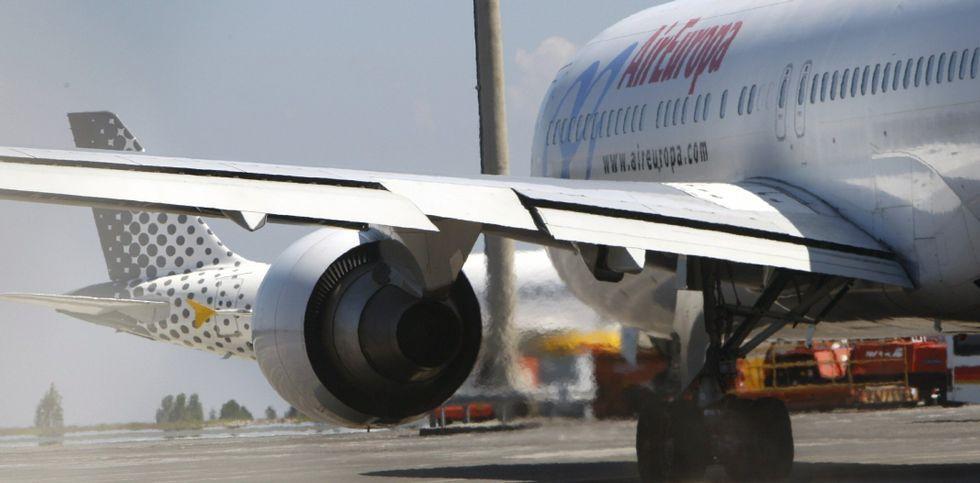 Air Europa, compañía, aerolínea.Un grupo de pasajeros consulta los vuelos en el Aeropuerto de Asturias