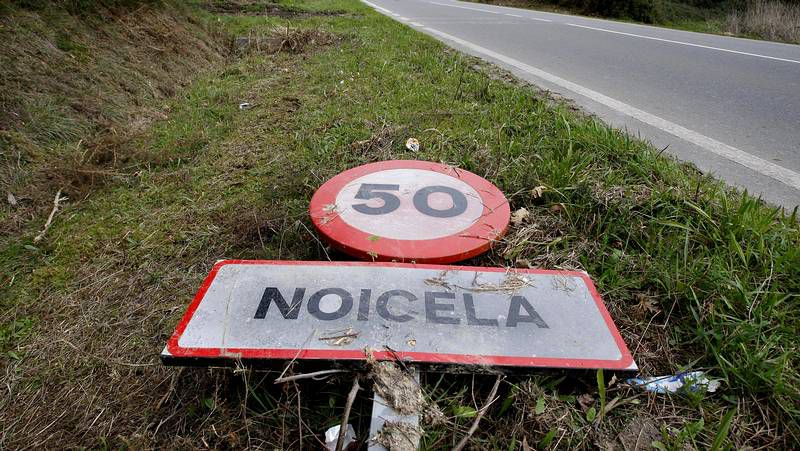 Una señal tirada en la parroquia de Noicela