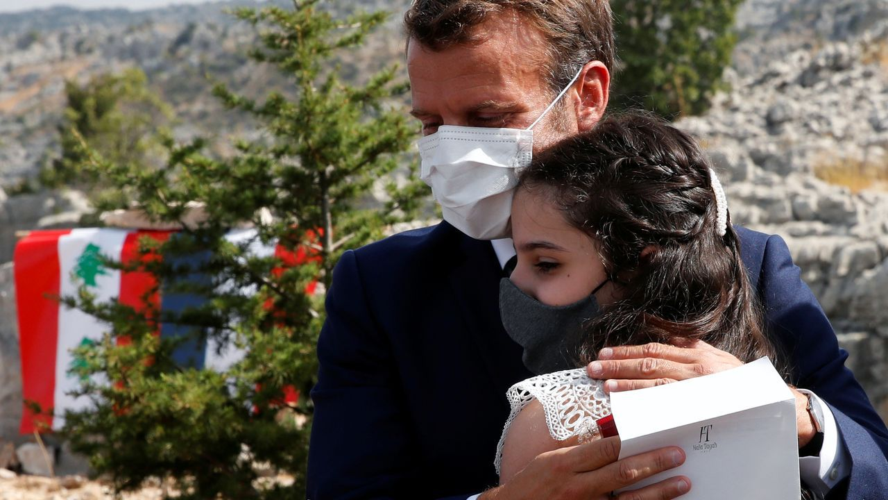 Macron abraza a Tamara Tayah, una víctima de la explosión en el puerto de Beirut, tras plantar este martes un cedro, en el centenario de la proclamación del Gran Estado del Líbano bajo el mandato francés
