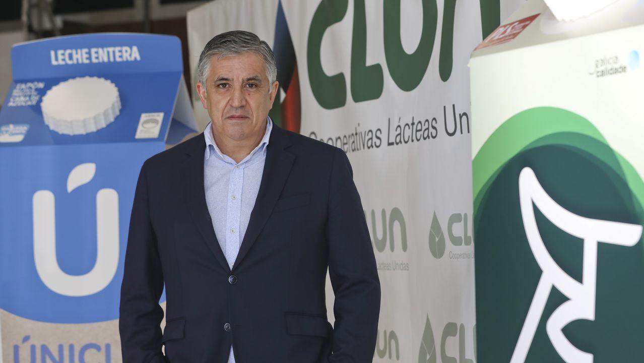 Imagen tomada en 1993 cuando se presentó en el Parlamento gallego una iniciativa para crear el grupo lácteo gallego. En la imagen, entre otros, Roberto García, Lidia Senra y Leandro Quintas