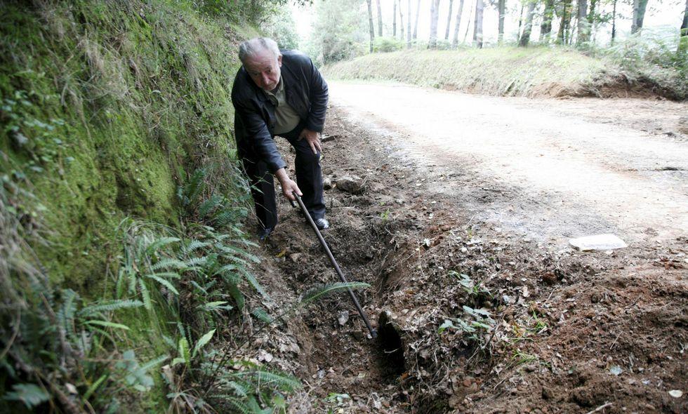 Luis Muñoz muestra la tubería por la que se ha desviado el agua procedente del manantial.