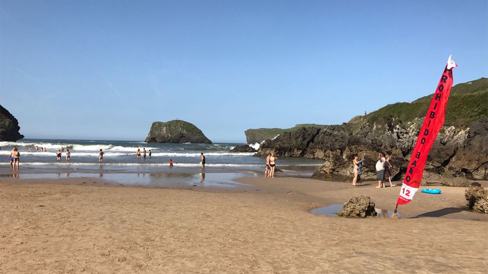 Bandera roja en la playa de Los Sorraos, en Llanes
