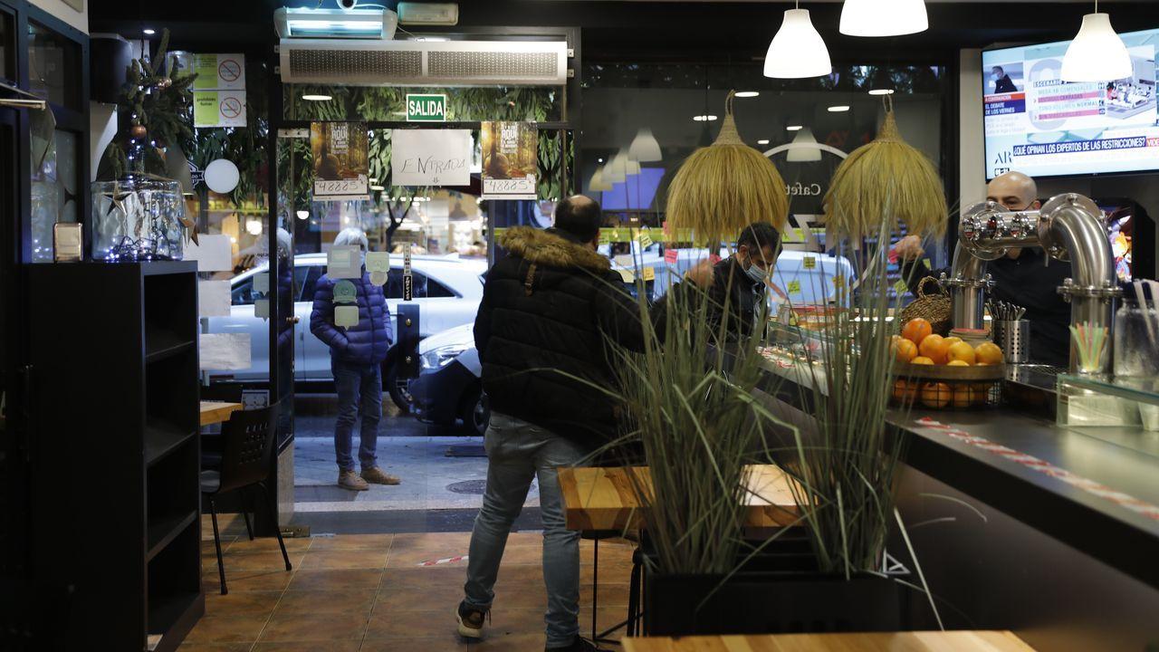 Los turnos para esperar a por el café en exteriores fueron habituales desde primera hora