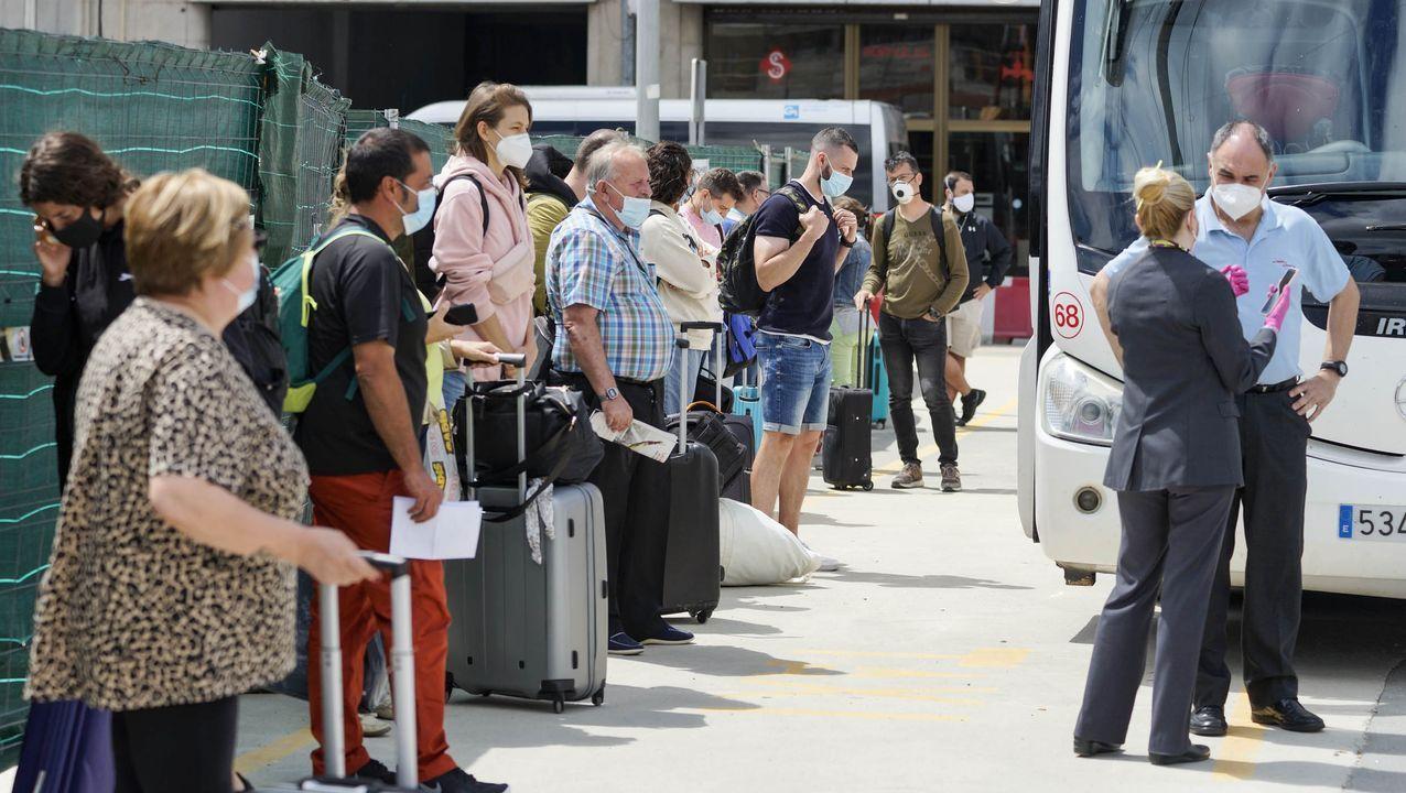 Viajeros del tren destino Madrid hacen transbordo en Ourense para ir a Zamora en autobús y desde allí seguir el viaje.Momento en el que se engancha una locomotora a una de las dos composiciones del tren accidentado