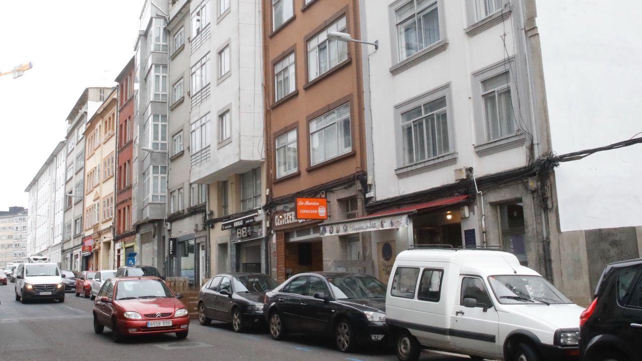 Los vecinos de A Milagrosa denuncian una iluminación deficiente de las calles del barrio.La calle Salvador de Madariaga, escenario de una violenta pelea en la que un joven resultó herido y trasladado al HULA