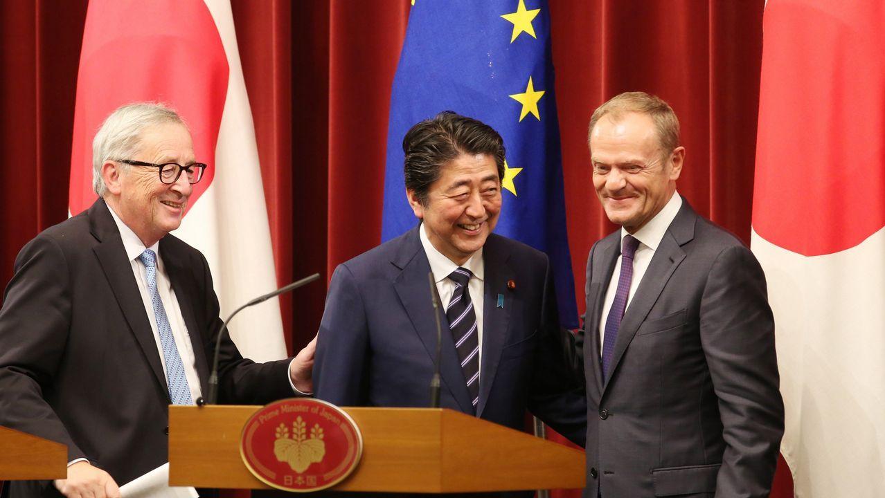 El primer ministro nipón, flanqueado por los líderes europeos tras sellar el acuerdo de Tokio