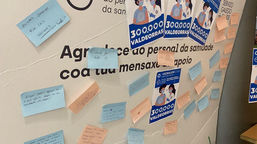 El tablón de los agradecimientos. Después de recibir la vacuna, toca esperar 15 minutos. En el hospital de O Barco la espera se hace en la sala de la entrada, en la que han colocado un tablón en el que los pacientes escriben mensajes a los sanitarios.