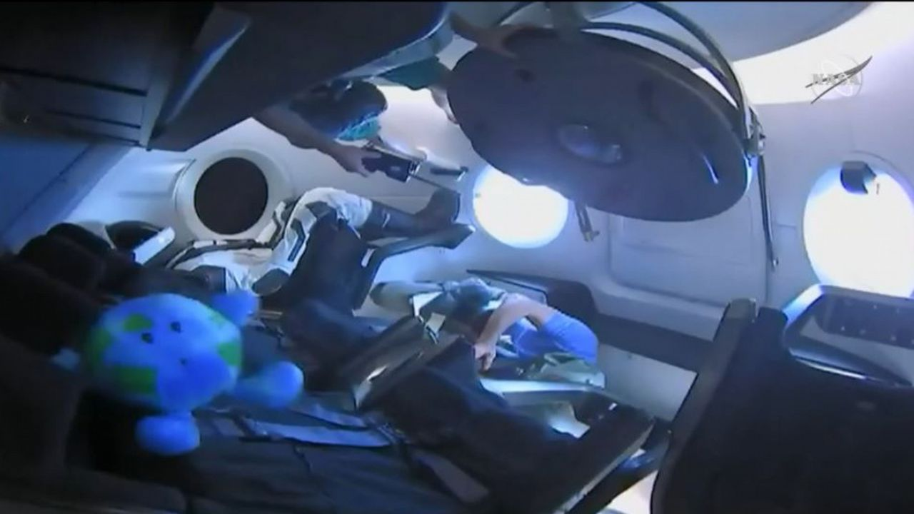 Alumnos del instituto Maruxa Mallo, de Ordes, y de otros centros gallegos hacen una prueba con un globo pequeño para el nuevo proyecto de la agencia espacial escolar, NOSA. Elon Musk, a la izquierda, con varios astronautas
