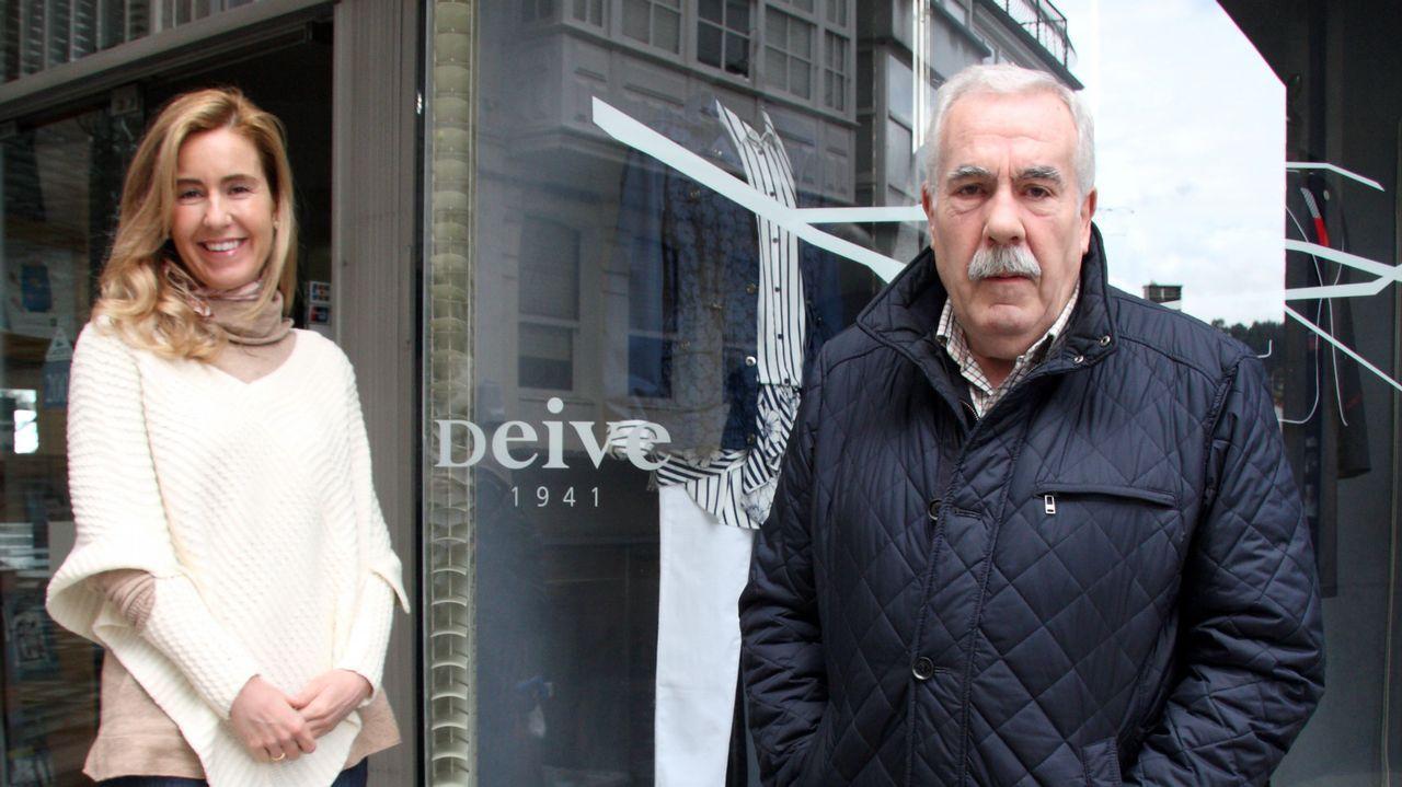 Carmen y Francisco, en la puerta de Deive.