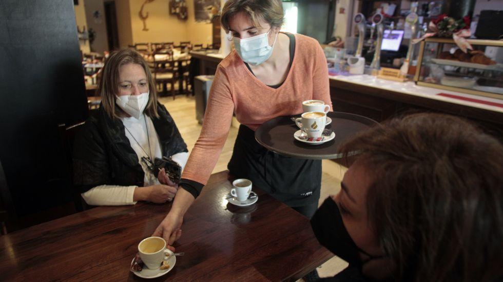 Interior de una cafetería en Chantada el jueves pasado, el día antes del cierre parcial