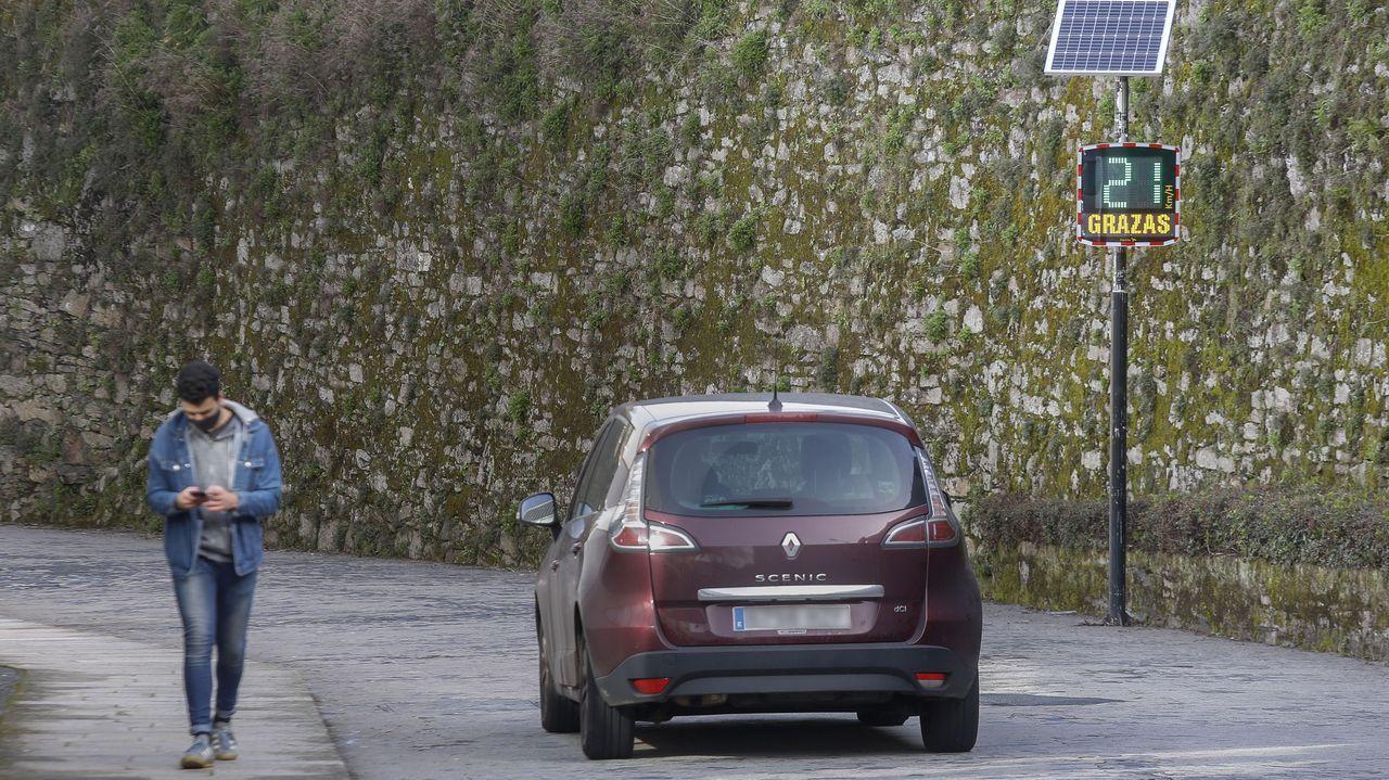 Un coche circula a la velocidad correcta por Entrerríos y el radar pedagógico emite un mensaje de gracias en verde