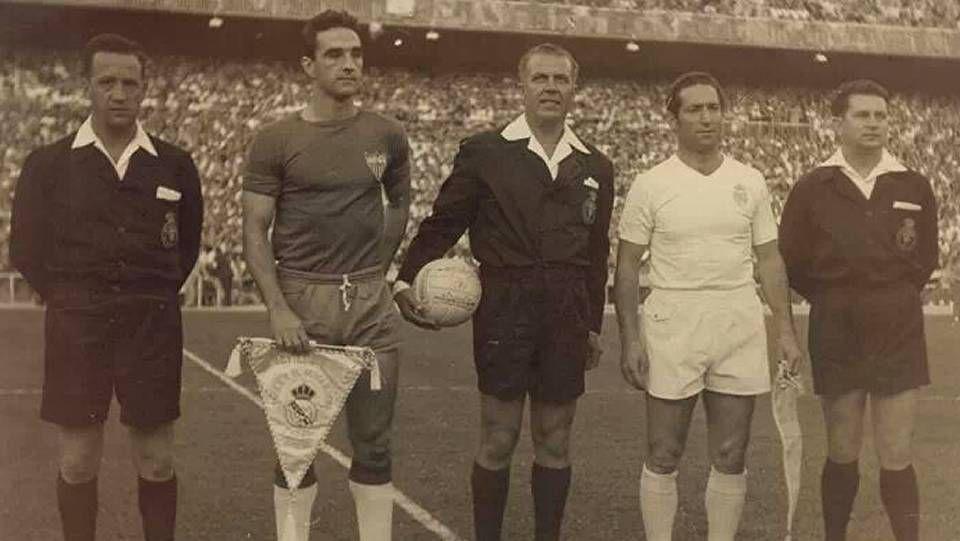Trío arbitral ferrolano en la final de la Copa de España de 1962. En la imagen, Castiñeira -fue su último partido como árbitro de Primera División- y los líneas Filgueira y Ovideo, junto al capitán del Real Madrid (Gento) y del Sevilla (Campanal)