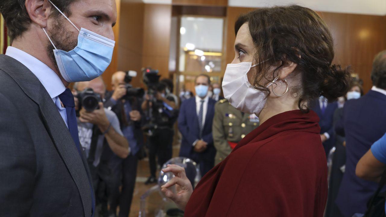 Pablo Casado charla con Isabel Díaz Ayuso al finalizar la toma de posesión