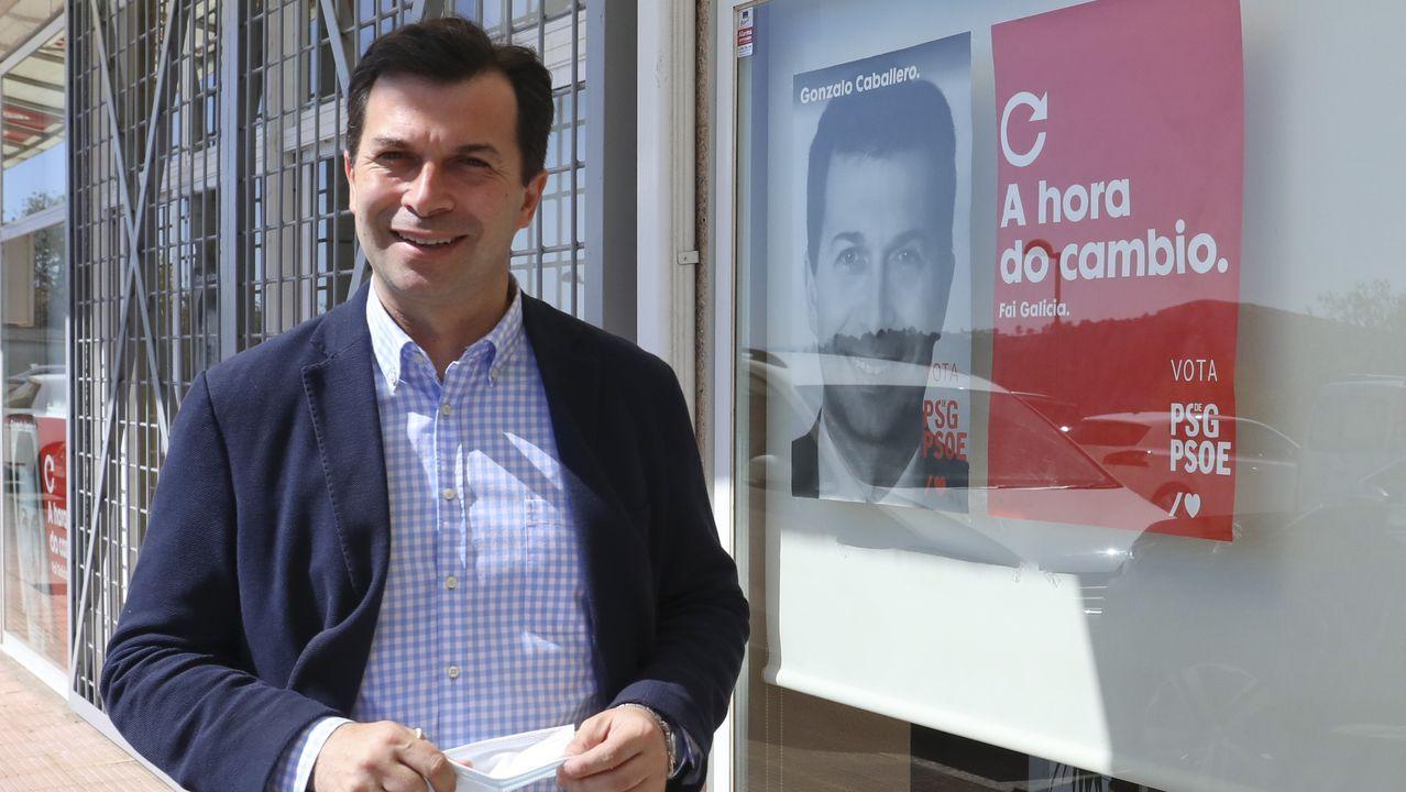 Gonzalo Caballero delante de un cartel electoral de su campaña