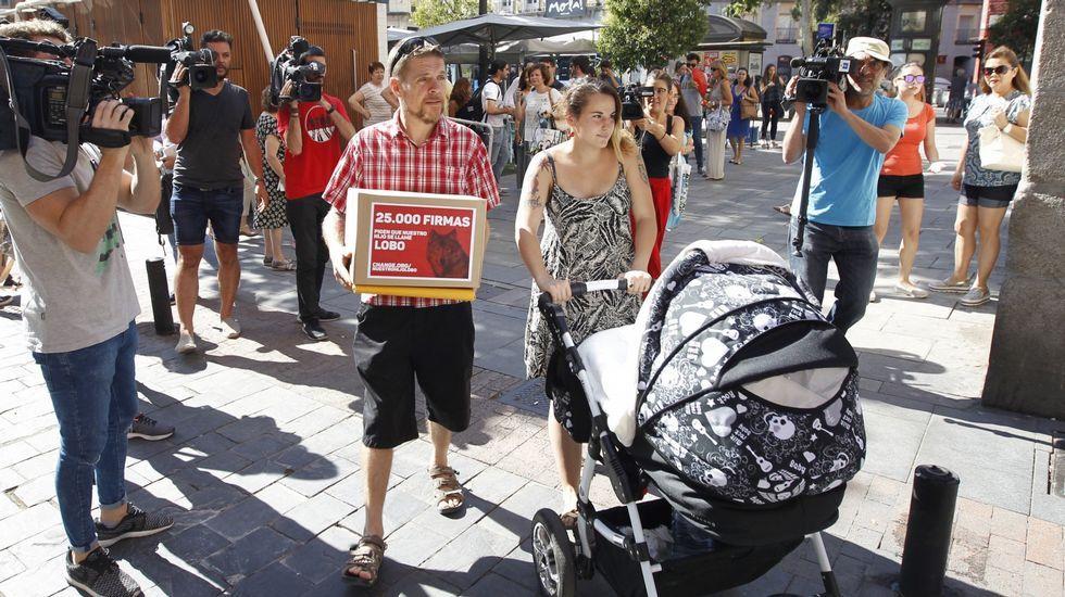 Ignacio Javierre y María Hernández, padres del niño a quien el Registro Civil de Fuenlabrada (Madrid) impidió que llamaran Lobo, a las puertas de la Dirección General de los Registros y del Notariado, donde presentaron un recurso