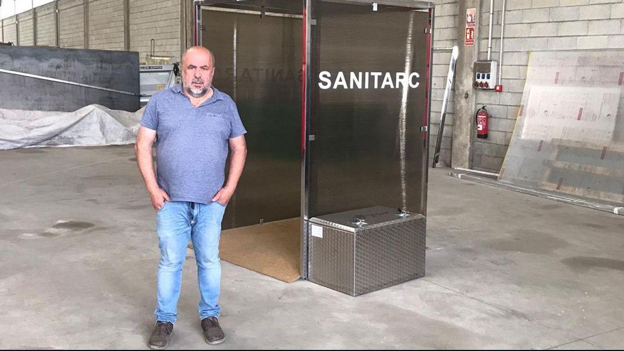 Cabina de desinfección mediante peróxido de hidrógeno.Terminal de salidas del aeropuerto de Lavacolla.