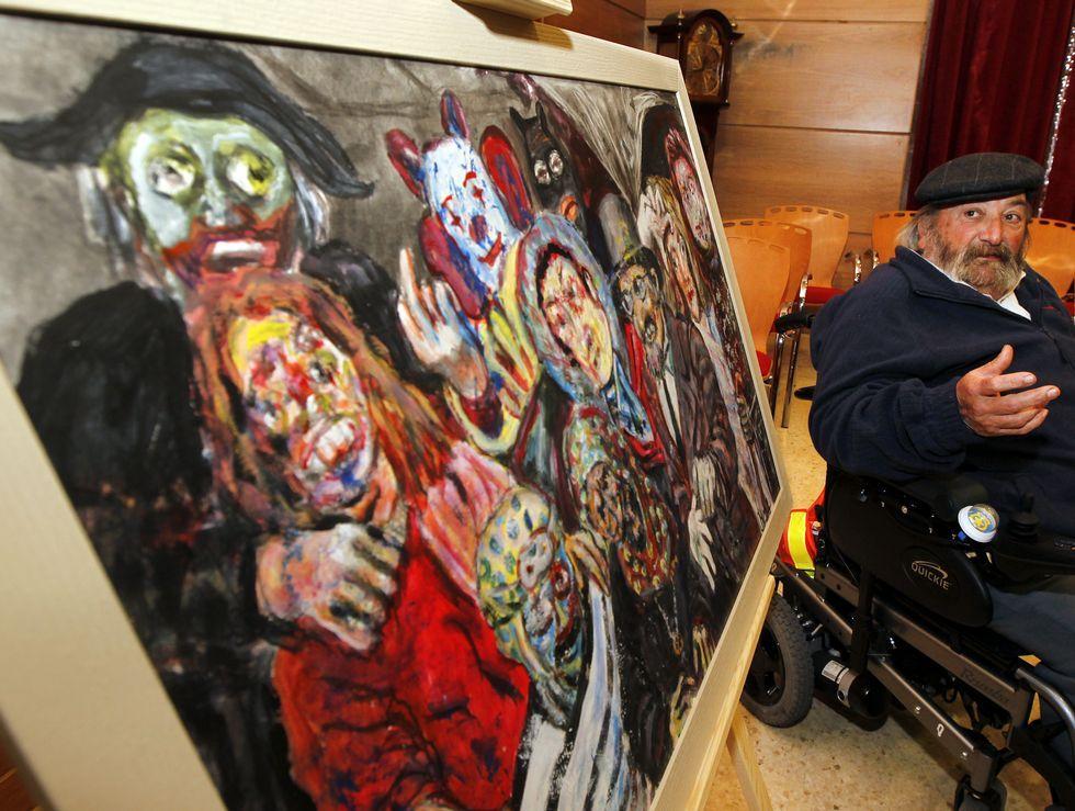 Lino Silva, ayer durante la presentación del cuadro elegido por el Concello para ilustrar el Carnaval de este año.