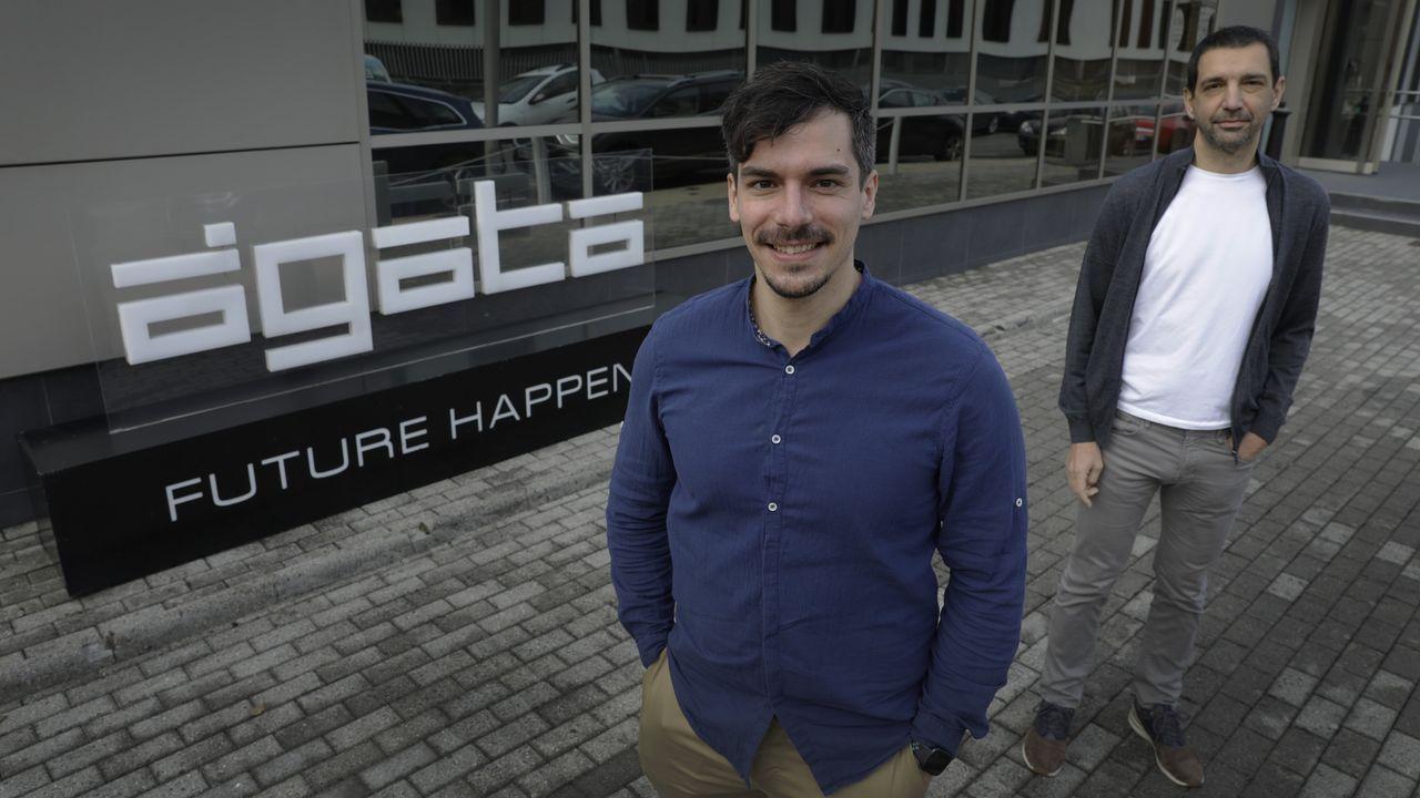 villoslada.Javier Augusto y Julio Fernández, ante la sede de Ágata Technology en Oleiros