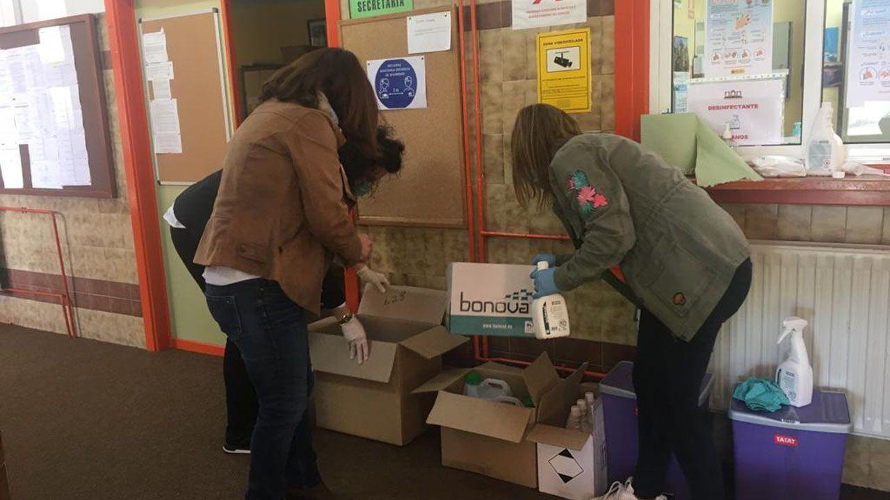 Varias docentes del IES Monte Naranco, abriendo las cajas con materiales de protección