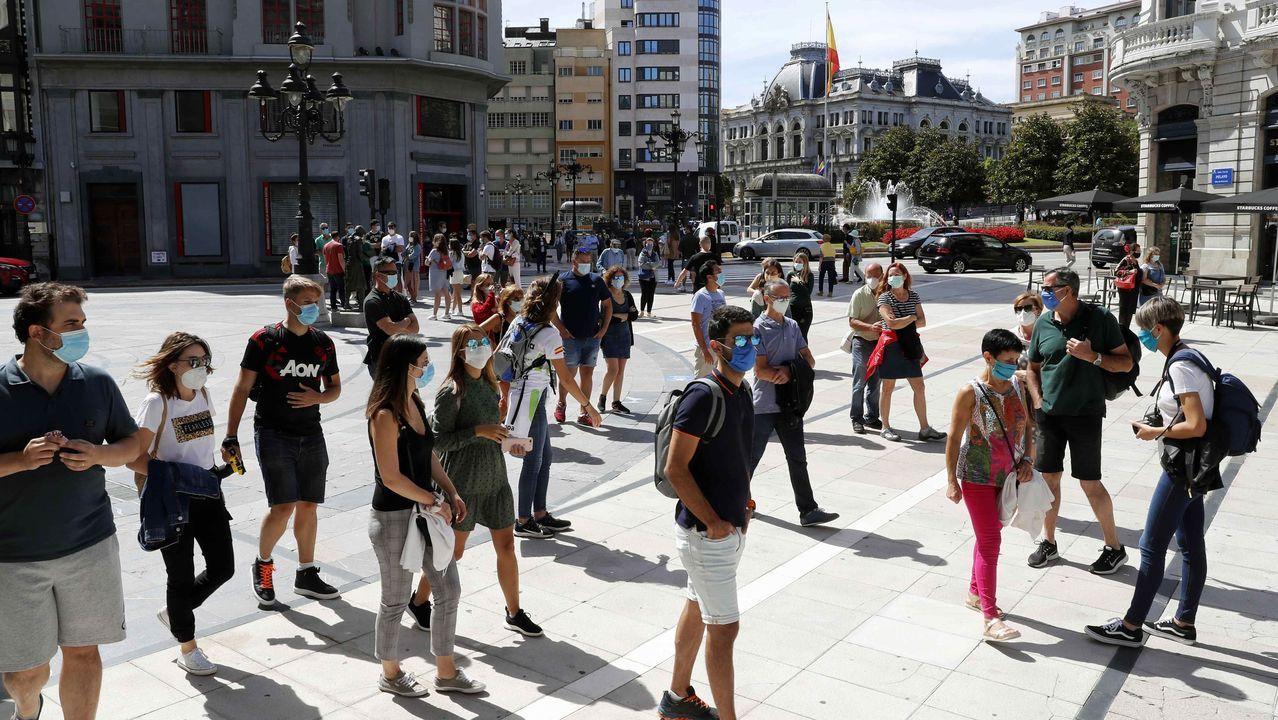 Un grupo de turistas con mascarilla en el centro de Oviedo
