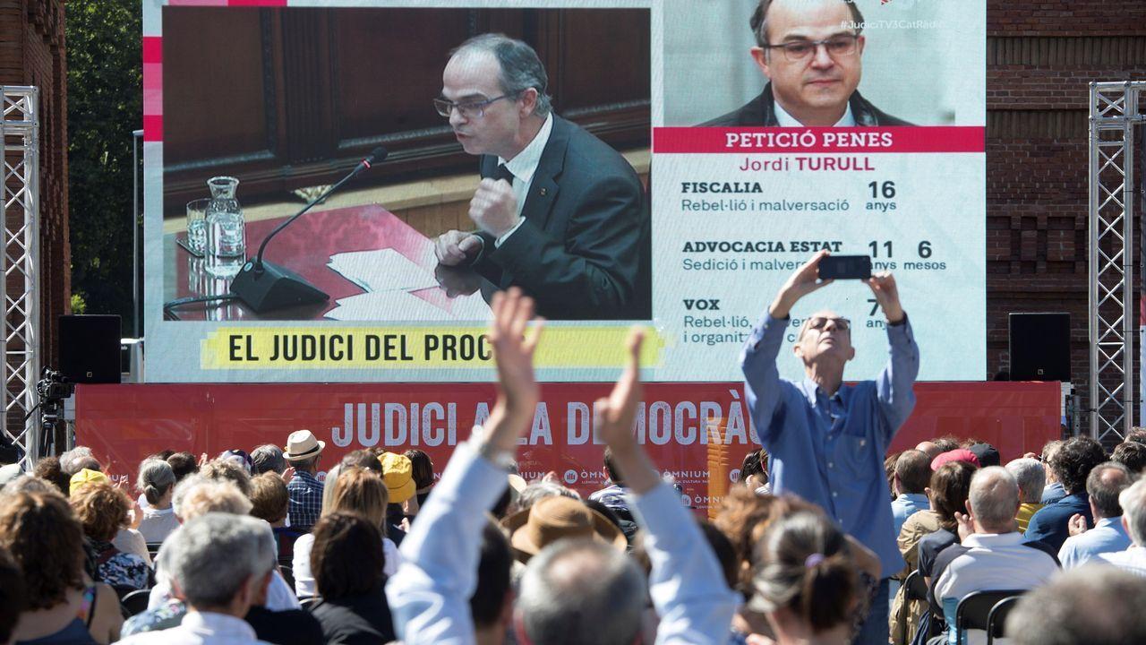 Òmnium Cultural plantó una pantalla gigante al pie del Arco del Triunfo de Barcelona para seguir la intervención de los acusados a través de la señal de TV3
